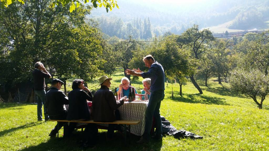 Gianluca holding forth: an Italian mountain picnic